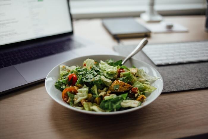 糖質の多い食事は血糖値を一気に上げてしまいます。その後一気に下がることで低血糖になる危険も。ご飯、パン、麺といった一品料理は、手軽に食べられて便利ですが糖質の摂りすぎになりがちです。ランチメニューにサラダを足したり、炭水化物を減らしたりして工夫しましょう。食べる順番も、最初に野菜、次に肉や魚、最後に炭水化物にすると血糖値が上がりにくくなります。