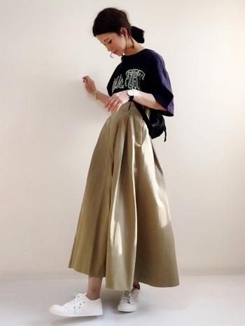 ふわっとAラインが可愛いスカートにロゴTを合わせたアメカジスタイル。大きめのロゴに目がいくので、ゆる×ゆるシルエットでも着膨れせず、スタイル良く見せることができます。ゆるいお洋服が恋しい夏こそ、ロゴTはイチオシです。