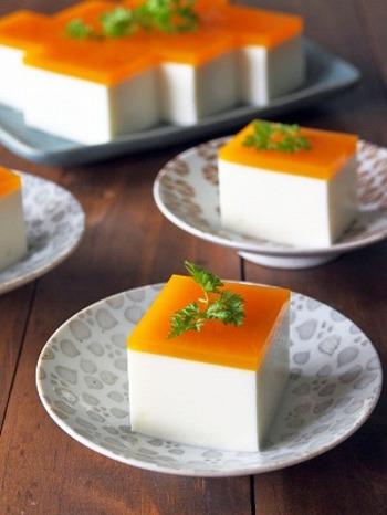 こちらは寒天で作ったレアチーズケーキ。しっかり食感の寒天は食べ応えもあってダイエット中の人にもぴったりです。パッションフルーツの寒天がソース代わりになって、おいしさもばっちり◎