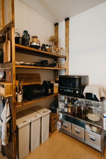 キッチンの背面に4本のディアウォールを設置して、大きめの収納棚に。食器や家電などキッチン用品を収納しています。さらに棚の左側に有孔ボードを取り付けて、収納力アップ。木材は塗装すると、よりおしゃれな印象になります♪