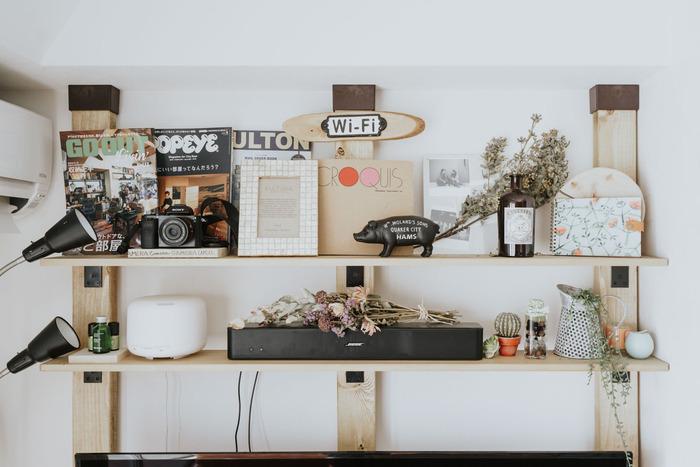 定番の使い方は、壁面収納棚。こちらは、ディアウォールで柱を3本設置して安定感をアップ。雑誌やドライフラワーを飾ったり、趣味のカメラを置いたり…自分の好きな雑貨などをおしゃれにディスプレイできます。