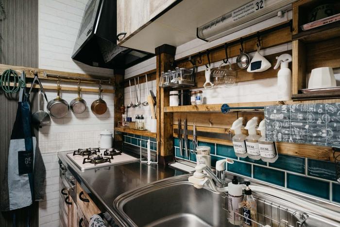 使う2×4材の高さを変えれば、狭いスペースに棚を作ることもできます。棚には調味料、ハンガーラックにはおたまなどのキッチンツールをかけて。使い勝手がよく、見た目もすっきり!