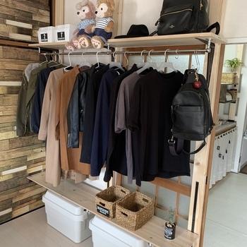 2×4材に直接ハンガーラックをつけるDIYもありますが、こちらは棚にハンガーラックを取り付けています。棚受けに強度がある場合でも、あくまでディアウォールのハンガーラックなので、洋服を掛けるのは最小限にした方が安全に使えます。