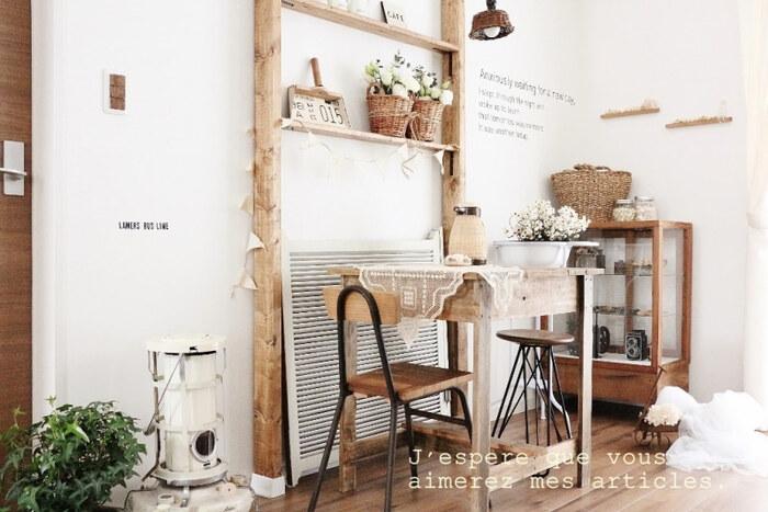 椅子とテーブルの横にもディアウォールの棚を。白い壁やナチュラルな家具と雰囲気にもマッチしていますね!