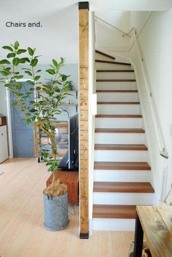 こちらは階段の壁にディアウォールで柱を1本設置しています。ただの柱に見えますが、よく見てみると数字が書いてあります。