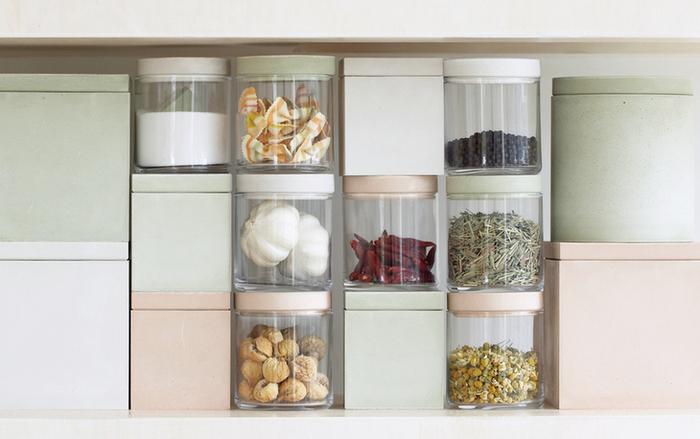 タイプは、サークル・スクエア・ガラスの3種類。こんな風にスタッキングできるので、キッチンもすっきりとした印象に。スパイスやドライフルーツは、中身が見えるガラスタイプに入れるのもいいですね!