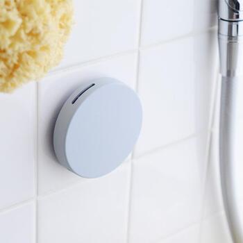 浴室の高い場所に貼るだけで、カビと臭いを抑制してくれます。さらに消臭効果は約6ヶ月続くので、嫌な臭いを気にせずにゆっくりお風呂に浸かれます。