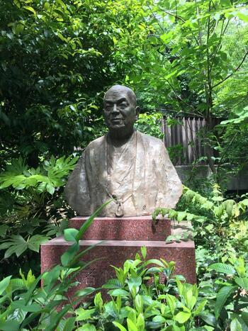 1885(明治18)年、東京生まれ。小説以外にも詩や絵画でも優れた才能を発揮。人間らしく生きる理想郷として、村落共同体である「新しき村」を宮崎県や埼玉県に建設したことでも知られています。