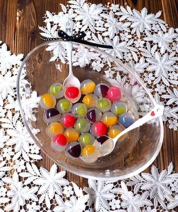 まるでビー玉のような香港スイーツ「九龍球」の簡単レシピ。寒天の中にフルーツを詰め込んだ、つるんと可愛いビジュアルです♪いろんな果物を使ってカラフルに仕上げましょう。ドリンクに浮かべるのもおすすめ。