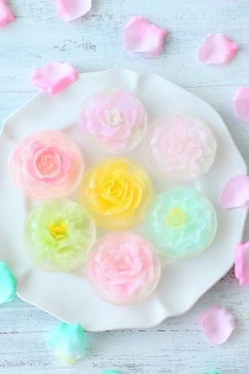 ゼリーの中で咲いた淡い花。アガーゼリーの中に専用器具でミルクゼリーを注入する、ユニークな方法で花びら一枚一枚を繊細に表現しています。しずくに包まれた見ているだけで心ときめく華やかなデザートです。