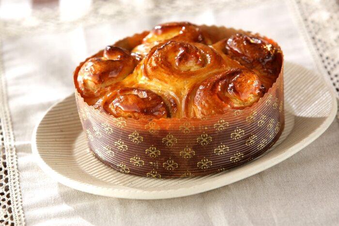 チーズケーキを思わせるロールパンは、チーズクリームを塗ってから巻き、焼き上げます。朝食にもなりそうですね。