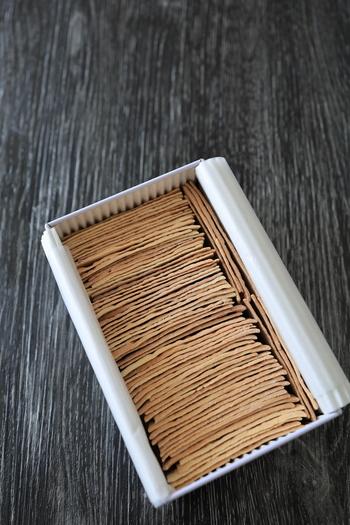 「大阪屋」では、季節の生和菓子、餅菓子、棹菓子、ワッフルやどら焼きといった半生菓子等、様々な菓子が作られていますが、「大阪屋」といえば、やはり『竹流し』です。古くから東北の銘菓として知られる逸品です。  【化粧缶の中にびっしりと隙間なく詰められた『竹流し』。微妙に隙間が空いているのは、一枚一枚手焼きの証。】