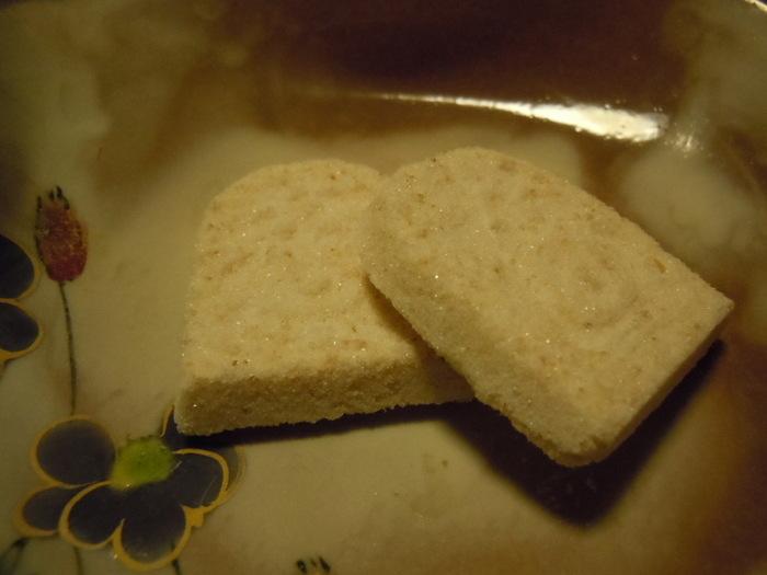 『竹流し』が象徴するように、「大阪屋」が作るのは、惜しみなく掛けられた手間と受け継がれた技術に裏打ちされた、格調高い菓子です。  仕込みから出来上がりまで3ヶ月も要する藩政時代から作っている献上菓子『冬夏(とうか)』や、源氏物語の夕顔が源氏との恋の情景を表現した干菓子『半蔀(はしとみ)』といった干菓子の他、棹菓子も、饅頭も、上生菓子も、佇まいが素晴らしく、見た目だけでも、味の奥深さと技術の高さが伝わります。一度は足を運びたい北東北を代表する名店です。【夏の干菓子『半蔀(はしとみ)』。優しい甘味とほのかな塩気が魅力の落雁。】