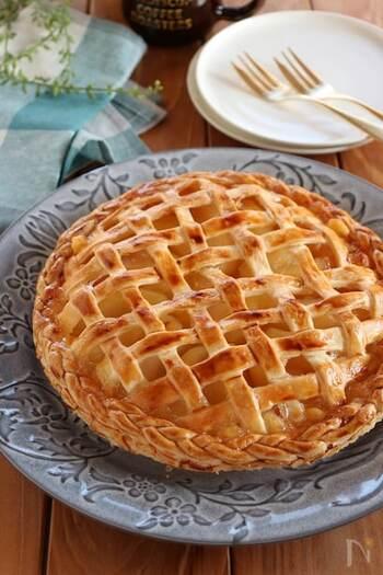 こちらはカスタードクリームにレモン果汁を加えて作るアップルパイ。爽やかな酸味が口の中に広がって、いくらでも食べられちゃいそう。冷凍パイシートを使うので比較的簡単に作れますよ。