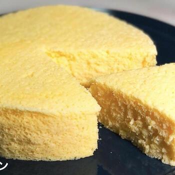 材料も少なくて、びっくりするほど簡単なヨーグルトケーキ。混ぜて、電子レンジに5分かけるだけです。糖質制限もできて、いいことづくめ。意外にもふわっしゅわっとスフレ風になります。