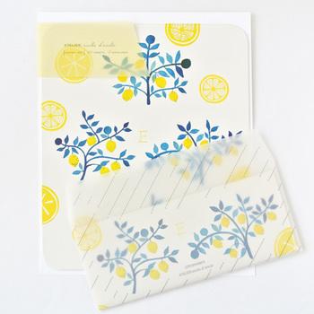 普通の紙ではなく、ガラスのように透けるトレーシングシートのお手紙は、もらった時のときめきが膨らみます。こちらのレターセットは、トレーシングシートの封筒に爽やかなレモン柄の便箋のセット。涼やかな風が吹き抜けていく印象ですね。