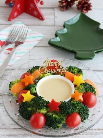 野菜を茹でたら、後は混ぜるだけで完成のクリスマスにぴったりなヘルシーサラダ。ソースの入れ物の周りにブロッコリーを置いてリースに見立てる簡単アイディア盛り付けが◎。クリスマス気分を盛り上げてくれます。バーニャカウダ風ソースには、アンチョビは入れず味噌を入れ和風の味付けにしているので子供も食べやすそう。チーズフォンデュのようにディップにして召し上がれ。