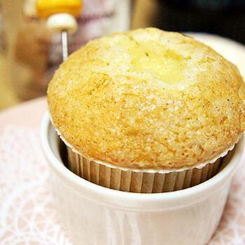 たっぷりカスタードクリームを詰めたしっとりマフィン。バニラの甘く優しい香りに包まれる幸せ* 焼き上げる時間も楽しめそう。
