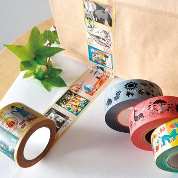葉書や手紙にマスキングテープを貼ってデコレーションをして、オリジナルのアイテムを作るのはいかが?マスキングテープの柄で雰囲気がぐっと変わりますよ。こちらは人気キャラクターのムーミン。シールなどを貼るのもいいですね。