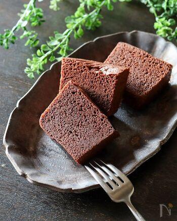 おからパウダーやオオバコ粉末を使った、ヘルシー度満点のココア蒸しパン。食物繊維たっぷりで、糖質も大幅カット。罪悪感のないお菓子としておすすめです。