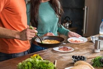 上で述べた「わたしたちのデータ」に対して、目標となるのが、こちら。  厚生労働省による「日本人の食事摂取基準(2020年版)」では、ナトリウム(食塩)の摂取目標量は、1日あたり「男性7.5g未満」、「女性6.5g未満」に。  また、高血圧および慢性腎臓病の重症化予防のための食塩相当量は1日あたり6g未満とされています。
