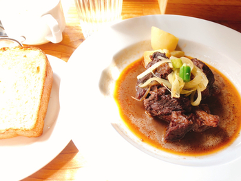 「牛肉のトロトロワイン赤ワイン煮」は、じっくり煮込んだお肉のやわらかさに感動です。自家製のライ麦食パンと一緒に食べれば贅沢気分にひたれますよ。