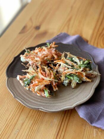 同じくかき揚げレシピですが、冷蔵庫に残っている野菜などを使って作るかき揚げです。美味しく作るポイントは、大きく作ろうとすると中のまでが火が通らないので、なるべく小さめに作ること。大きさを注意するだけで、サクサクと食感良く美味しく仕上がります。