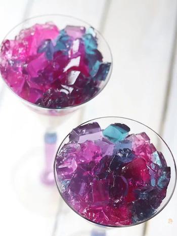 紫色のゼリーを細かくカットして紫陽花に見立てたゼリー。着色料は使わずに紫キャベツで色付けしています。重曹とレモン汁を垂らす分量で4色のニュアンスカラーを表現。実験感覚で楽しみながら作ってみてください。