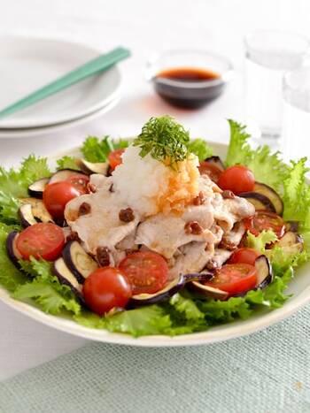 ぶっかけにしても美味しい冷しゃぶ。サラダにしてそうめん+1品レシピにすれば、より野菜をたっぷりとれて見た目もヘルシーでさわやか。豚肉の薄切りやナスなどレンジで加熱するだけで簡単に作れるので、そうめんを茹でている間に手早く調理できるのも魅力的。