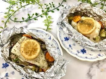 レモンと米酢、蜂蜜を組み合わせ、「レモン酢マリネ」として、白身魚をいただくレシピです。  味付けは、ほぼこのマリネ液だけ。それでもホイル焼きにすると甘みもジュッと感じられて、美味しいですよ。