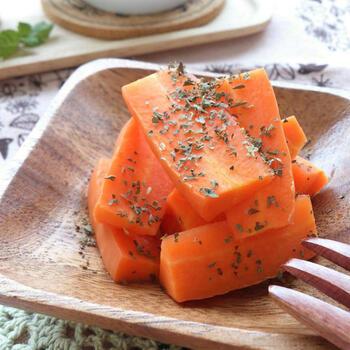 人参と酢、そして仕上げにバジルだけという、とってもシンプルなレシピ。酢をレンチンするので、ツーンとした酸味がなく、いつもの食卓の箸休めにぴったり。