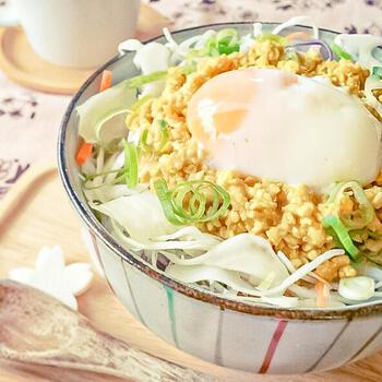 カレー粉の風味と、旨みのあるめんつゆ、酢を上手に取り入れたカレー風味の鶏そぼろ丼です。  やさしくカレーが香り、卵でマイルドに。塩や醤油は不使用なのに、満腹になるまでしっかり食べれますよ。