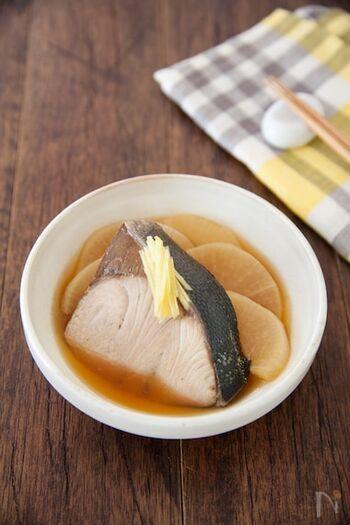 うま味調味料としてお馴染みの「味の素®」を使って、魚の煮つけの減塩料理も楽しむことができます。  ぶり2切れに対して、醤油はなんと小さじ2だけ。それなのに、味の素®の底力で、しっかり魚の旨みを引き出した煮物に仕上がります。
