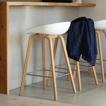 キッチンカウンターに合わせて使うハイスツールも、北欧テイストに。 すらりとした木製の脚が特徴。いくつか並べても空間になじむミニマムなデザインで、スタイリッシュな空間に仕上げます。