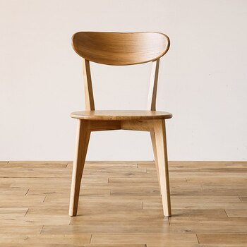 木製チェアには、「硬さ」を感じてしまう方も多いかもしれません。でも、背もたれが美しい丸みあるフォルムなら、木製ということを忘れてしまうような座り心地を感じられるはず。