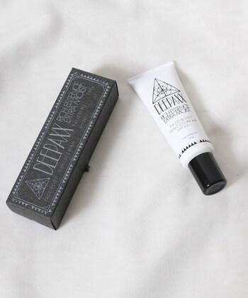 メイドインジャパンのDEEPAXX(ディーパックス)。ブランド独自のフレグランスに天然のWoodの香りがミックスされた日焼け止めクリーム。4種類のヒアルロン酸が配合されているので、香りに癒されつつお肌のケアもできちゃいます。