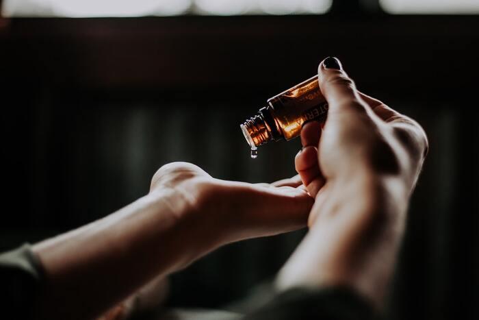 リラックスできるアイテムとして人気のアロマオイル。種類によっては目を覚ます効果もあるんですよ。柑橘系やカンファー(クスノキ)の香りがおすすめです。オフィスで個人的に楽しむなら、ティッシュに垂らして嗅ぐと良いですよ。