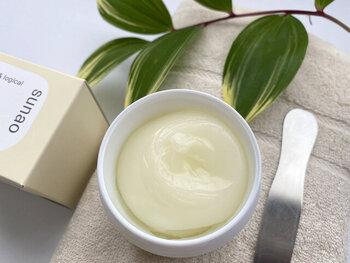 """「sunao(スナオ)」の""""リバースジェル(美容液ジェル)""""は、化粧水、美容液、乳液、クリームの4つの役割を果たす万能アイテム。洗顔の後にお好みの量を手に取り、優しくマッサージするように肌に馴染ませてください。オーガニックラベンダーの爽やかな香りもきっとクセになり、肌に響き渡るような集中ケアをお楽しみいただけます。"""