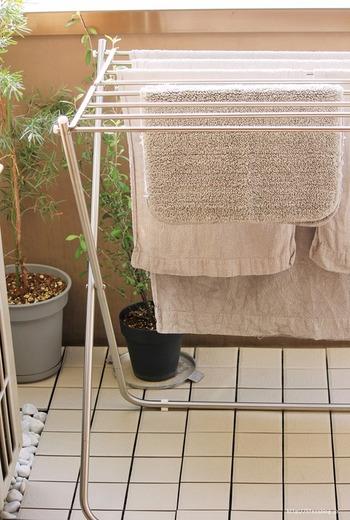 室内干しでもベランダでも使いやすいタオル専用ハンガーは、1台あると便利な定番アイテムです。 ニトリのタオルハンガーはワイドサイズなので、幅広なタオル類やマットもしっかり広げて干せますよ。