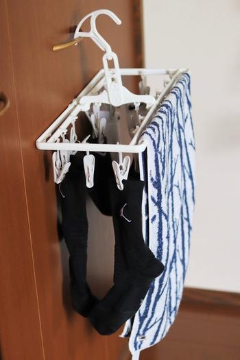 物干しスタンドはスペースをとりますよね。 しかし、部屋に物干しハンガーが掛けられる場所って意外にないものです。そんなとき、ニトリの室内&外干し角ハンガーは、ドアやクローゼットの扉に掛けられて便利です。  一般的なピンチハンガーだと斜めに傾いて洗濯物が重なり合ってしまったりとストレスに。 こちらの角ハンガーならフックが角度調整できるので、掛けたい場所にフィットします。