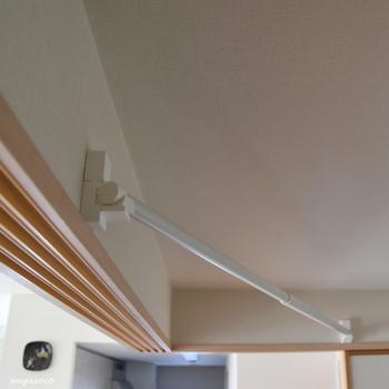最小限のピン穴しか残らないように取り付けられる室内干しです。竿受けが120度回転するので、竿を垂直にも斜めにも設置でき、干し位置を変えたくなっても簡単に取り外せます。
