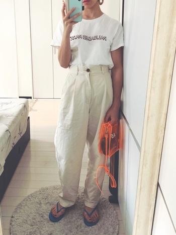 オールホワイトの女性らしい雰囲気には、プラスティックバッグやビーチサンダルでカジュアルな抜けをプラス。絶妙なアンバランス感がおしゃれです。