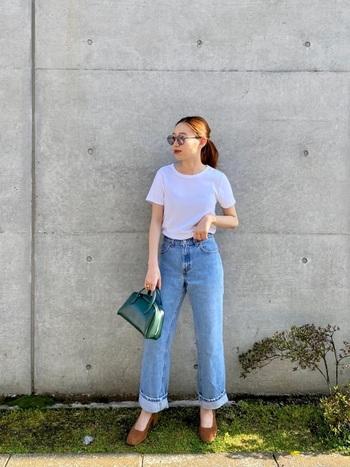 開放的な夏の気分に合わせて、ビタミンカラーのバッグを差し色に。明るいデニムやホワイトのTシャツがグリーンのレザーをギュギュッと引き立ててくれますよ。