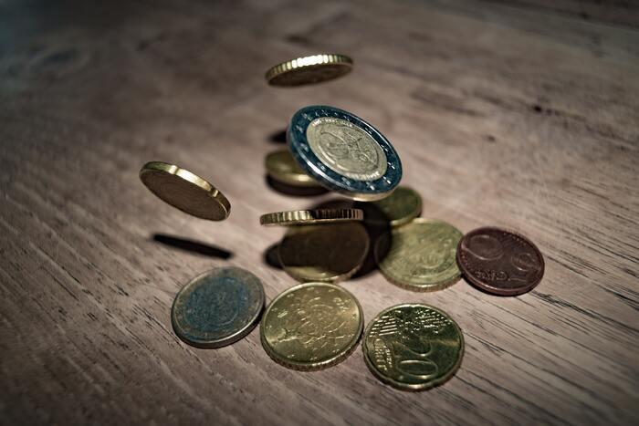 コインは遊びの方法として工夫がしやすいアイテムです。数を数えるだけではない遊びもありますよ。  【コイン遊びの方法2】 1.10枚から20枚程度コインを用意する 2.子どもと親それぞれ目を手で隠して相手に分からないようにコインを好きな枚数手に持つ 3.同時に手を見せてコインの枚数が同じだったらOK  こうしたゲーム性は、自然と数の概念を子どもに持ってもらえることができるので覚えやすくて楽しいのでおすすめです。