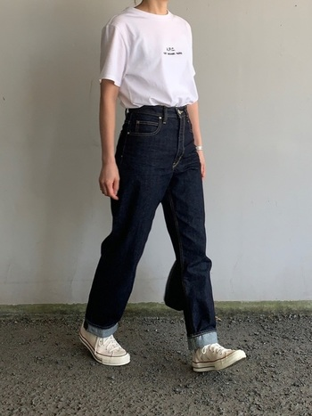 ブランドロゴがさりげなく入った定番のロゴTシャツは、濃紺のデニムとコンバースで少年っぽい着こなしに。サイズ感はジャストサイズより気持ち緩めを選ぶと、女性っぽい柔らかさが演出できます。