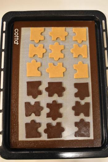 クッキーは必要な材料が多くないので「ちょっと作ってみようかな?」という時、簡単に作ることができます。パズルのクッキー型を使用すると、パズルとして使えるおやつの完成です。1つの味で作っても楽しいですし、2つの味で作っても変化があって可愛いですよ。