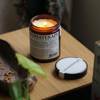 """「KLINTA(クリンタ)」の""""Aromaterapi Candle (アロマセラピー マッサージキャンドル)""""は、100%自然由来の成分を使用。アロマとしての役割だけではなく、溶けたロウをマッサージオイルとして使用する、北欧スタイルのキャンドルです。アロマ効果でリラックス間違いなし。ギフトにもおすすめですよ。"""