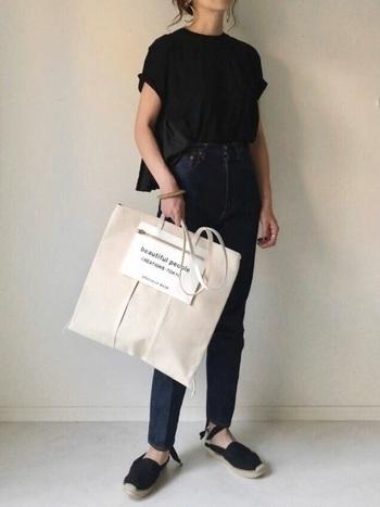 主役をバッグと決めたら、潔く他のアイテムは全てブラックに統一。モノトーンでシックな雰囲気を醸し出しつつ、バッグのサイズ感をかなり大きめにすることで、普通っぽさを脱却できます。足元のエスパドリーユで女性らしさをプラスして。