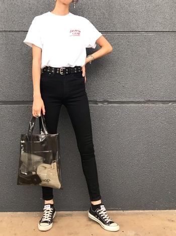 ロゴTシャツに黒スキニーで定番カジュアルにまとめたら、プラスティックバッグで一癖投入。ブラックのカラーをチョイスすれば、抵抗感少なくスケルトンを取り入れられますよ。