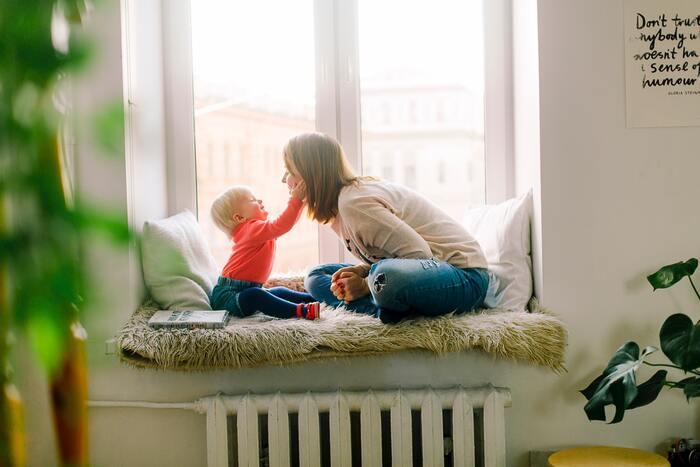 子どもがある程度会話をできるようになったら、ぜひ親子でしりとりをしてみてください。しりとり、と聞くと単純な流れをイメージしますが、学びも得るためには少し工夫した方法で行います。例えば、しりとりをする時に「色だけ」とか「動物だけ」という制限を設けます。